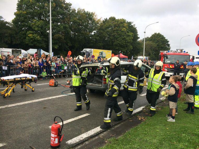 Het dak gaat eraf. De brandweer van Deinze toont hoe ze een geknelde persoon uit een auto bevrijden.