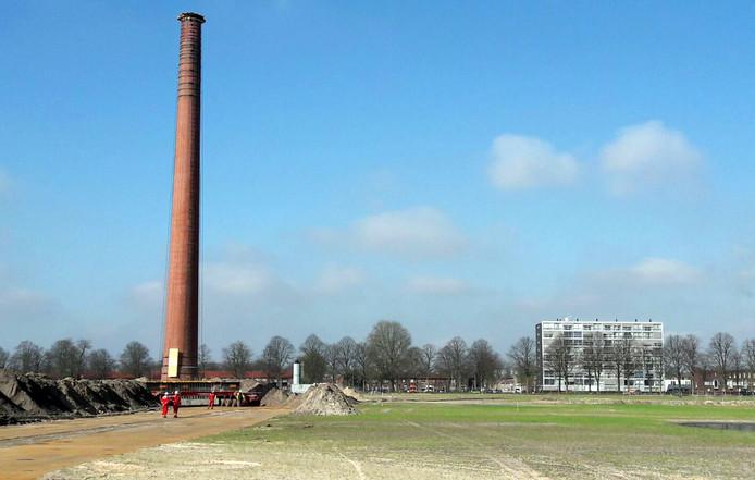 Schoorsteen is onderweg naar nieuwe plek op voormalig Philips terrein in Roosendaal