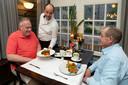 Andere tijden: fysiek uiteten bij Boer Goossens, pre-corona. Nu maakt het personeel zich op voor een avond afhaal-restaurant spelen.