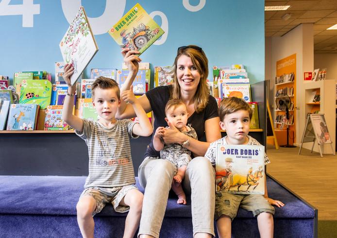 Ook Stef (L) Brent (R) baby Roos en moeder Annemieke hoeven nooit meer een boete te betalen als ze een boek te laat inleveren.