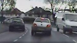 Dronken Britse bestuurder slingert over de weg