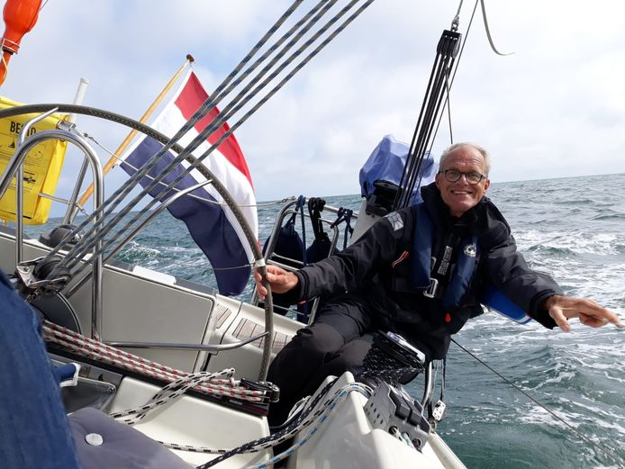 Jan Pijl zeilend tijdens zijn vakantie op zijn zeilboot de Runaway.