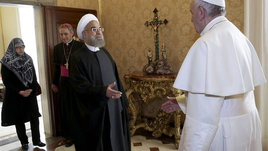 De paus begroet de Iraanse leider Rouhani.