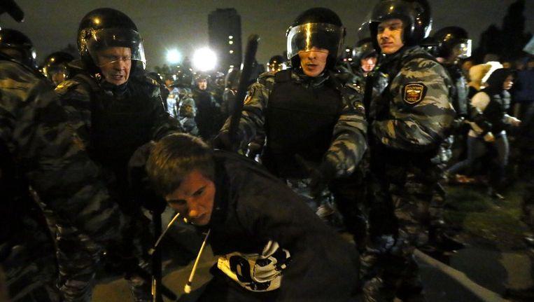 De Russische politie pakt een activist op in Moskou bij een demonstratie vorige week. Beeld epa
