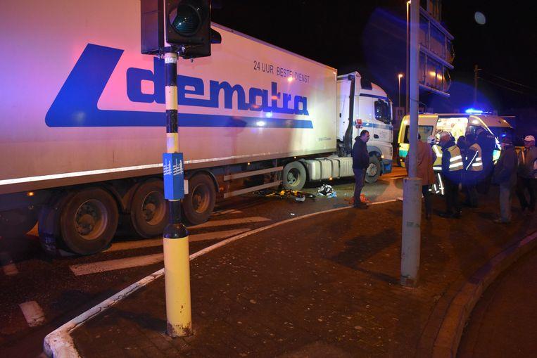 De vrouw kwam met haar speed pedelec onder de wielen van de vrachtwagen terecht.