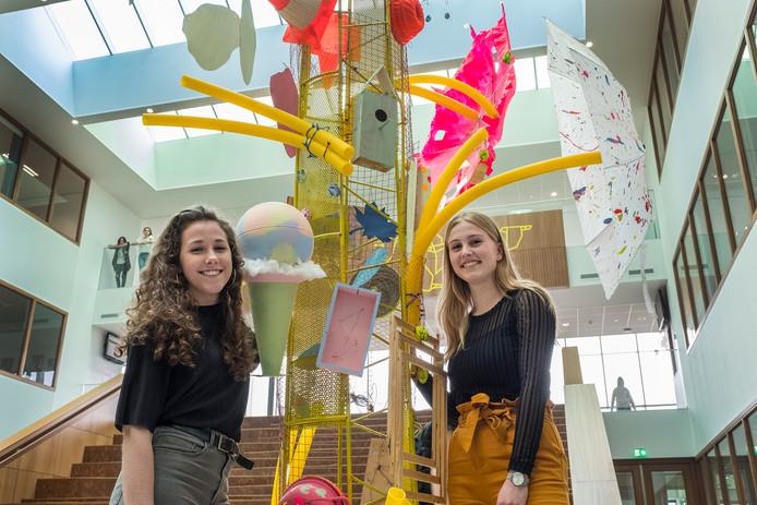 Veerle Barten (rechts) en Bo Verdonschot stonden aan de wieg van het nieuwe kunstwerk van en voor leerlingen van het Cuijkse Merletcollege.