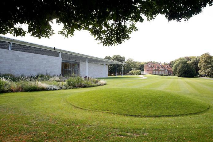 Het museum ligt op landgoed Voorlinden in Wassenaar. Landschapsarchitect Piet Oudolf heeft de tuinen rondom het museumgebouw ontworpen.