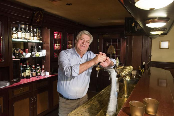 Wilfried Kok achter de tap in het cafégedeelte van hotel Marktzicht in Losser.