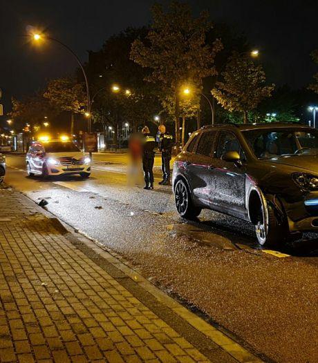 Auto's botsen op elkaar in centrum Enschede, verkeer wordt omgeleid