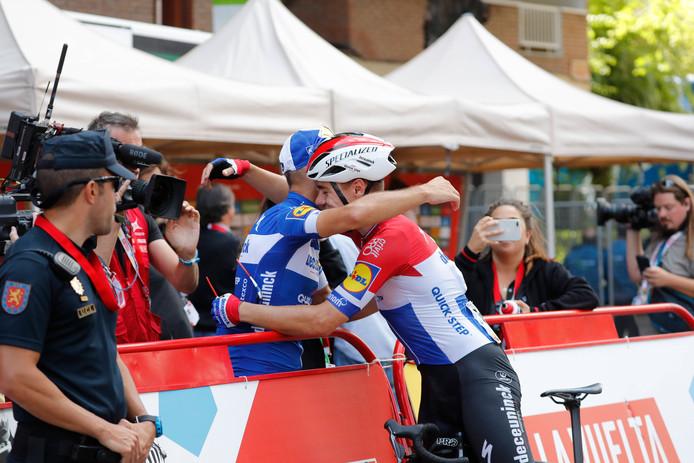 Fabio Jakobsen feliciteert zijn ploeggenoot Philippe Gilbert.