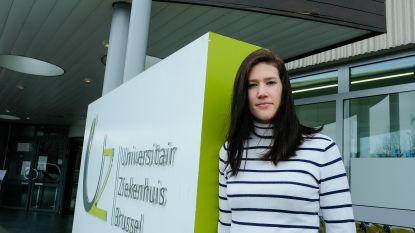"""Geneeskundestudent Jolien (20) aan de slag als vrijwilliger in UZ Brussel: """"Ik kon niet blijven stilzitten"""""""