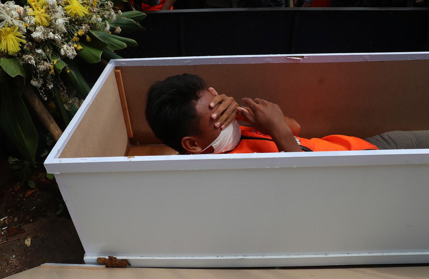Een Indonesische man heeft het zwaar in de kist.