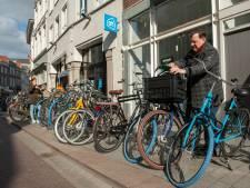 Weg met fietsen op stoep in binnenstad; 'deal' tussen bewoner en winkelier moet oplossing zijn