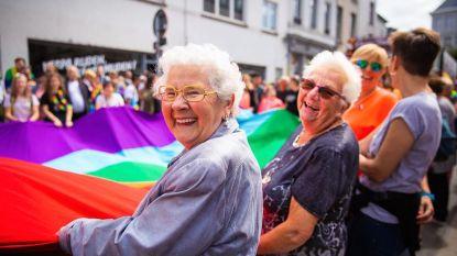 Adi en Mariette uit 'De Wereld Rond met 80-jarigen' kleuren de Antwerp Pride
