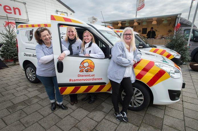 De Dierenvoedselbank van Stichting Dierenlot een ambulance in bruikleen. Initiatiefneemster is Priscilla de Veth (tweede van rechts). Verder vlnr: vrijwilligers Miranda Wouters en Lucy-Anne Haverkamp. Rechts Helga de Veth.