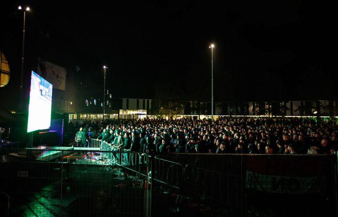 Willem II-fans dromden donderdag samen voor een scherm op het Olympiaplein (Stappegoor) om samen naar de wedstrijd tegen Rangers FC te kijken.