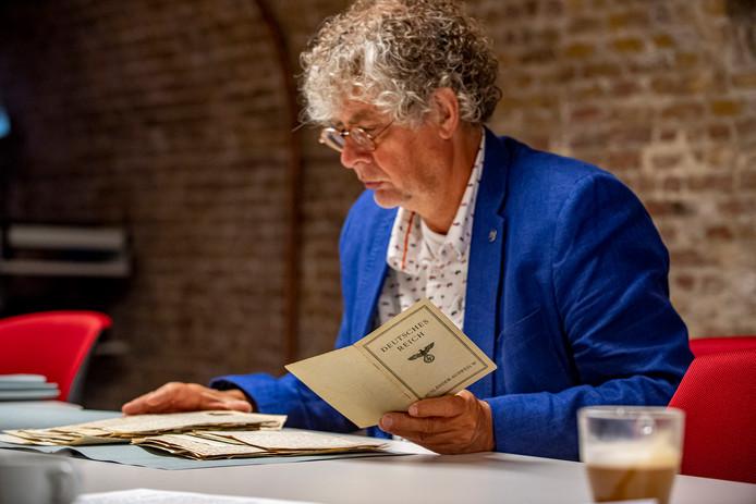 20190923 - BERGENOPZOOM - Pix4Profs/Tonny Presser - Directeur van 'Archief West-Brabant' , Wim Reijnders bekijkt de 'Correspondentie en documenten van een Roosendaaler tijdens de Arbeitseinsatz 1942-1949' welke hij van de familie heeft ontvangen.