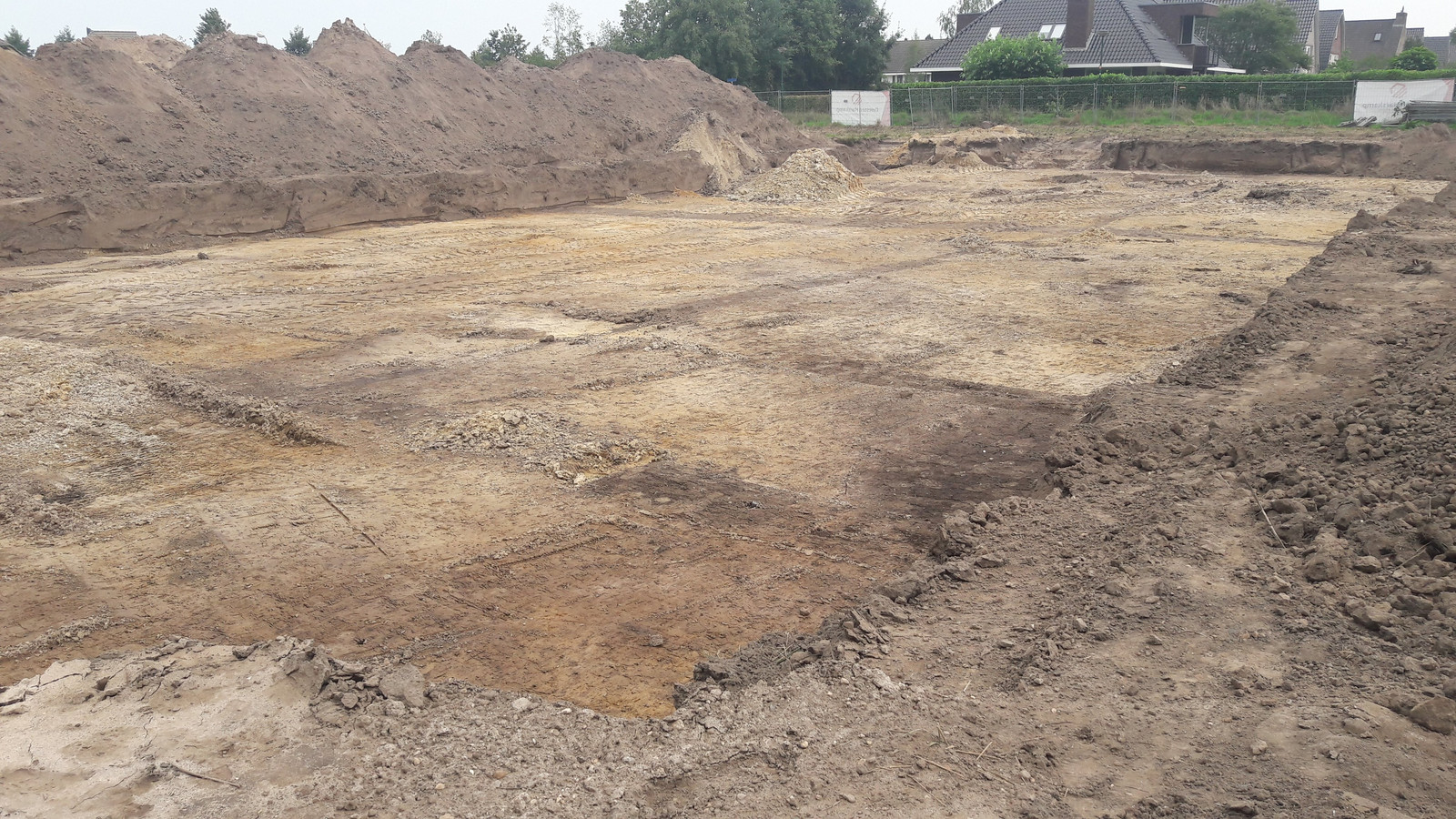 Het terrein bij Achterberg waar woonzorgcentrum De Linde moet komen en waar archeologische opgravingen zijn gedaan.