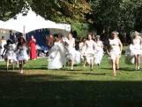 Vrouwen rennen in bruidsjurk door Wilhelminapark tijdens obstakelrun
