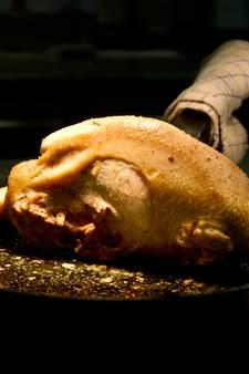 Smaakt een uitgelegde kip lekker? Vier koks gaan de uitdaging aan