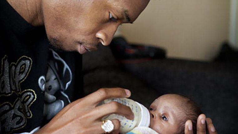 Een Franse vader zorgt voor zijn 1 maand oude kind. Beeld getty