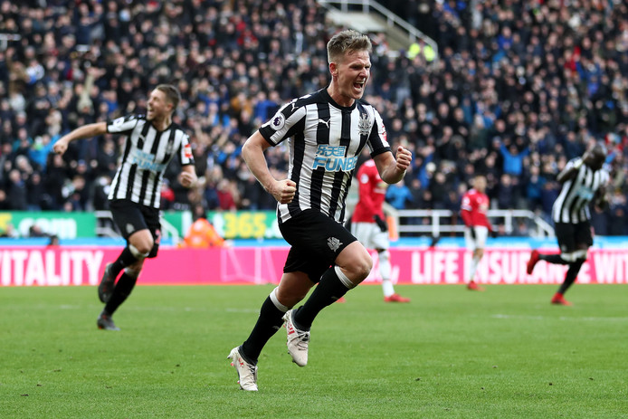 NEWCASTLE UPON TYNE, ENGLAND - FEBRUARY 11:  Matt Ritchie of Newcastle United celebrates after scoring his sides first goal during the Premier League match between Newcastle United and Manchester United at St. James Park on February 11, 2018 in Newcastle upon Tyne, England.  (Photo by Catherine Ivill/Getty Images)
