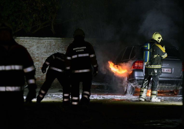 De brandweer had anderhalf uur nodig om de Porsche Cayenne te blussen.