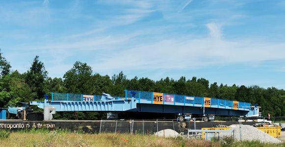 Het brugdek is helemaal in het blauw geschilderd.