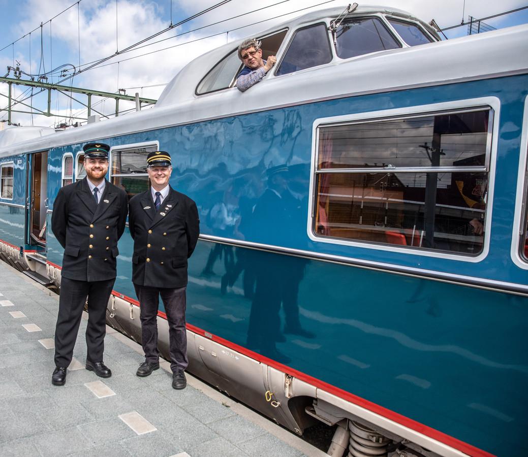 Mannes Biesemaat uit Hattem (boven) werd vandaag verrast met een Spoorwensdag, omdat hij al zijn hele leven gek van treinen is. Hij mocht ook een kijkje nemen in de bestuurderscabine van de Kameel, en kon in Zwolle even naar buiten zwaaien.