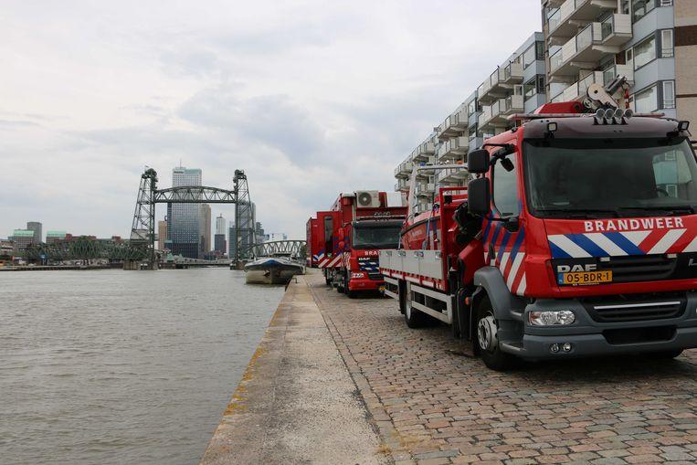 2019-08-16 17:39:19 ROTTERDAM - Na een aanvaring tussen een RIB en een houten sloep is minstens 1 dode gevallen. Zeker 10 mensen raakten gewond en werden door een watertaxi en andere boten uit het water gehaald. Het ongeluk gebeurde op de Nieuwe Maas ter hoogte van het Antwerpse Hoofd. ANP GINOPRESS