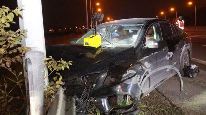 Bestuurder gewond na klap tegen vangrail op A19