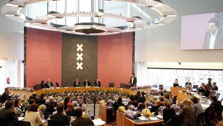 De Amsterdamse gemeenteraad tijdens het afscheid van Pieter Hilhorst. De overgang naar bestuurscommissies vraagt in de stadsdelen om nieuwe politieke verhoudingen Beeld anp