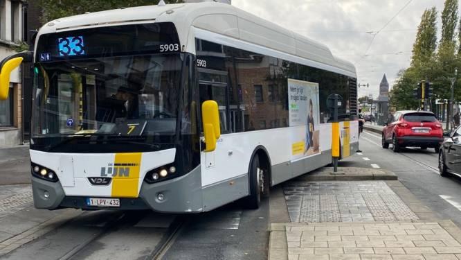 Aspirant-chauffeur van De Lijn rijdt zijn bus klem op verkeerseiland