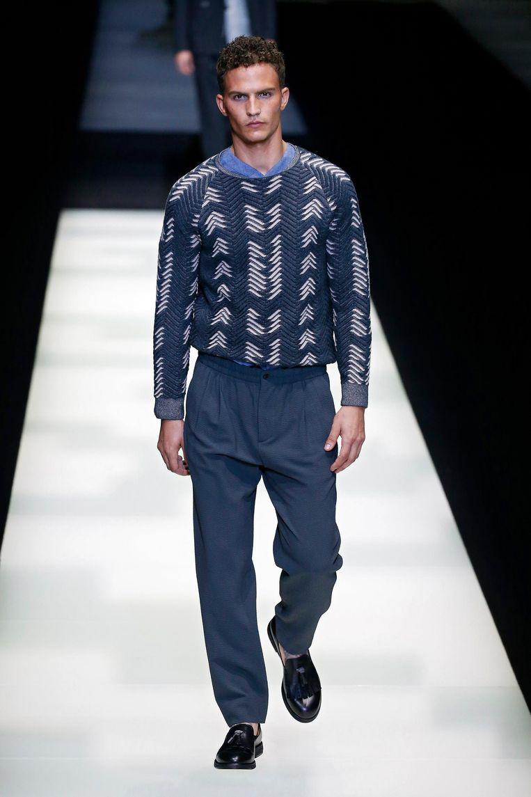 Een model vertegenwoordigt Armani op de catwalk. Beeld Peter Stigter.
