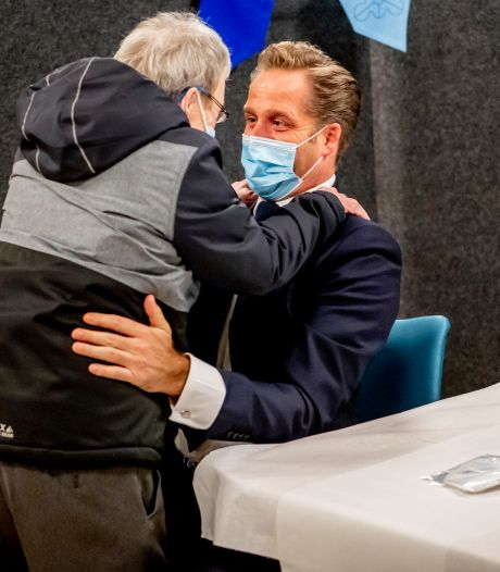 Fred twijfelde geen moment en gaf Hugo de Jonge een stevige knuffel