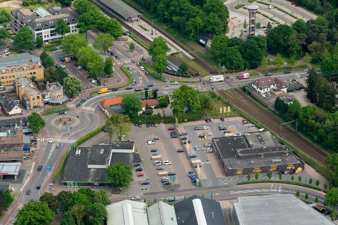Supermarkten Emté (l) en Jumbo zitten pal naast elkaar in Nunspeet. Het Emté-filiaal sluit volgende maand voorgoed de deuren.