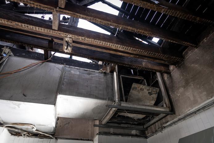 Een groot gedeelte van het dak van de ruimte achter de keuken ging in vlammen op.