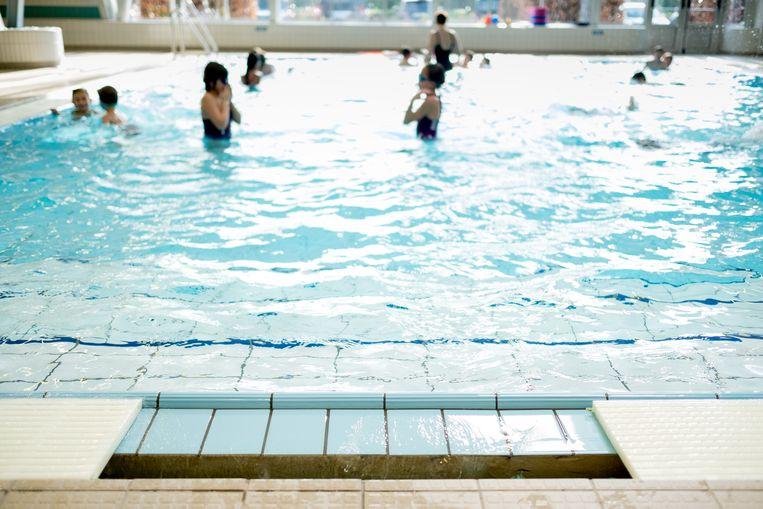 De kademuren van het zwembad hebben hun beste tijd gehad.