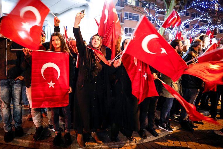 De steun van Turkse Nederlanders voor Ankara in de ruzie met Nederland is vrijwel alle partijen in de Tweede Kamer in het verkeerde keelgat geschoten. Onder de demonstranten zaterdag waren veel jongeren die in Nederland zijn geboren. Beeld ANP