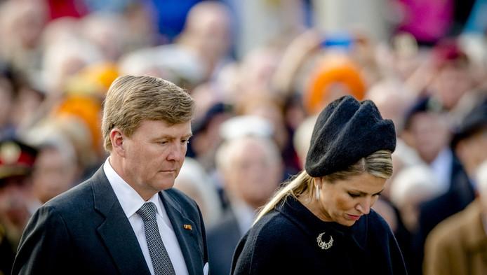 De koning en koningin tijdens de herdenking vanavond op de Dam