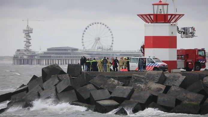 Hulpdiensten en een lijkwagen bij het Noordelijk Havenhoofd in Scheveningen.