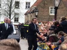 Koning Willem-Alexander op Slot Loevestein: warm onthaal in gure wind