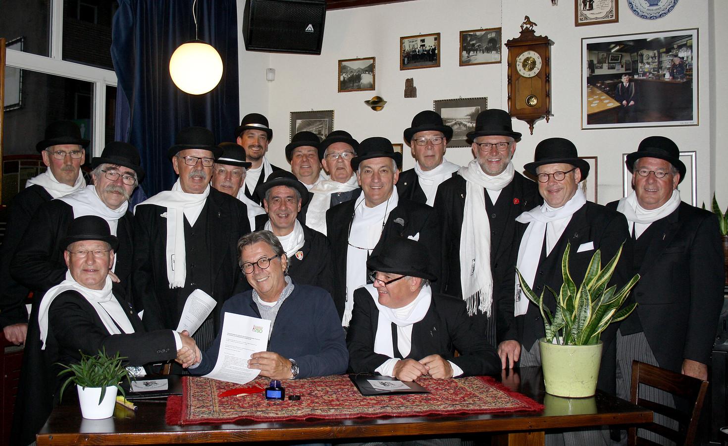 IQ Aarmoeinieke bij de ondertekening van overeenkomst met de Stichting Roosendaal 750 jaar met voorzitter Cor Verbogt.