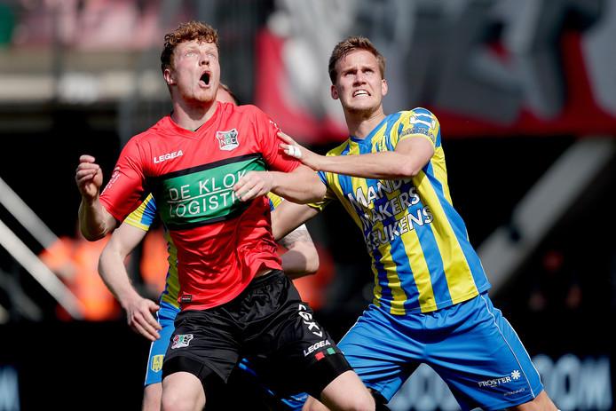 Topscorer van de eerste divisie Ferdy Druijf van NEC in duel met Melle Meulensteen van RKC.