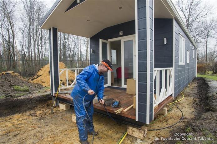 Twintig lodges zijn in aanbouw op De Molenhof. De nieuwe chalets zijn iets kleiner dan de oude die werden gesloopt.