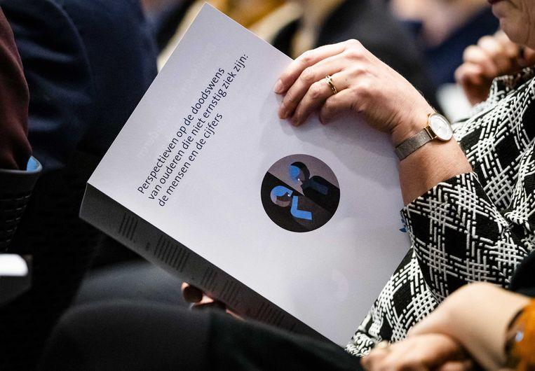 Het onderzoeksrapport Voltooid leven. De Commissie van Wijngaarden onderzocht, in opdracht van het ministerie van Volksgezondheid, Welzijn en Sport, doodswensen van 55-plussers.  Beeld ANP