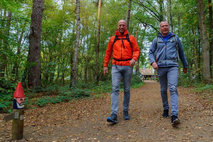 Bert van Zijtveld (links) en Alain Schepers maken een tiendaagse voettocht van 200 kilometer naar Den Haag. Onderweg ontmoeten zij horecamensen en experts om ideeën voor de toekomst van de horeca te horen.