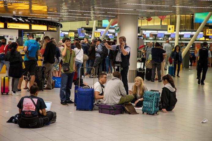 De storingen leidden tot grote vertragingen en vele annuleringen van vluchten. Tienduizenden reizigers werden gedupeerd.