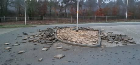 Gezocht: jongeren zonder fiets, die afgelopen nacht tientallen tegels uit de grond trokken in Holten