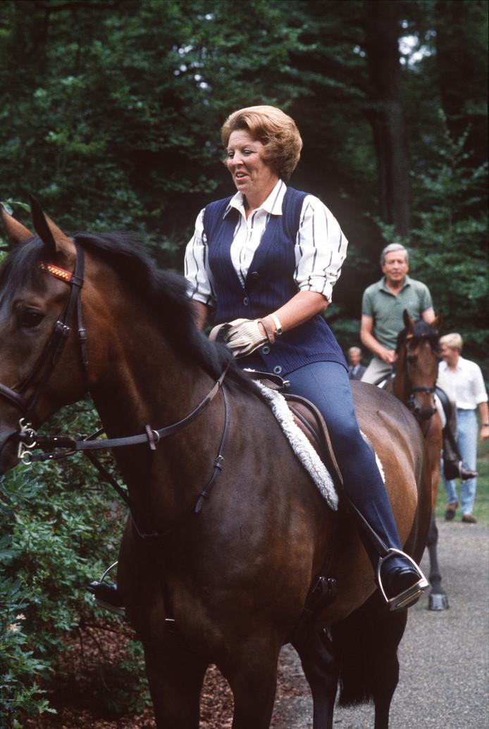 Beatrix en Claus te paard.